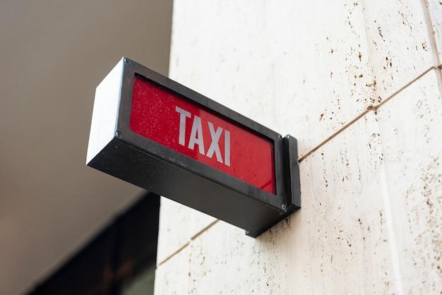 Sinal de táxi closeup fora do edifício