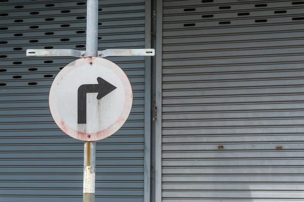 Sinal de trânsito antigo para uma curva acentuada à direita, sinal, vire à direita