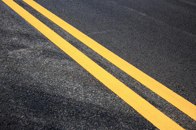 Sinal de trânsito de amarelo na estrada.