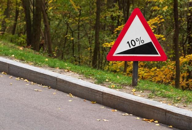Sinal de trânsito de aviso de inclinação. segurança na estrada.