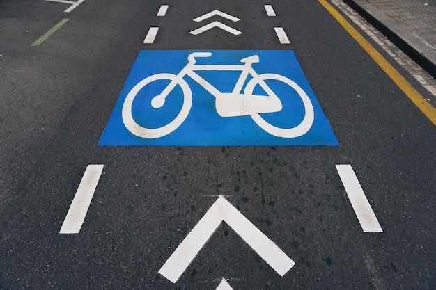 Sinal de trânsito de bicicleta na rua