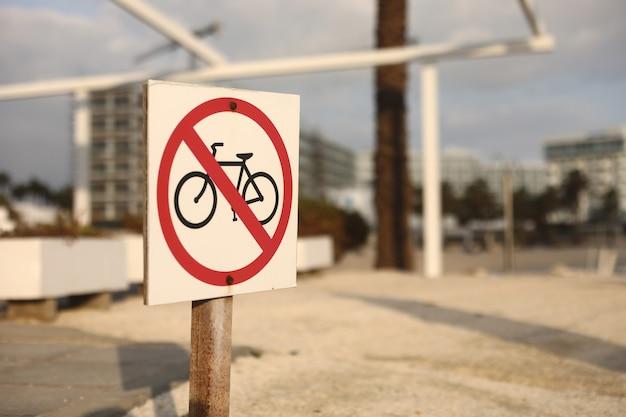 Sinal de trânsito de praia para não entrar com uma bicicleta. foco seletivo. o sinal na praia é proibido de bicicleta
