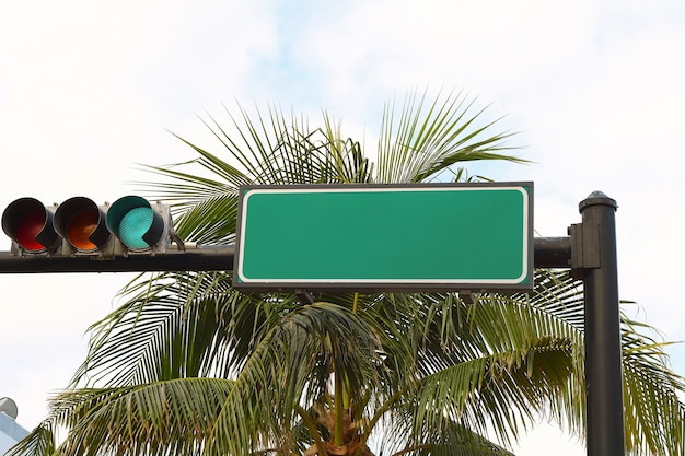 Sinal de trânsito de tráfego verde em branco