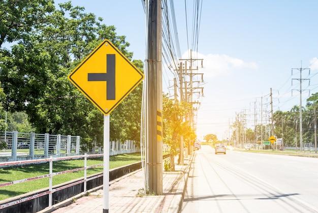 Sinal de trânsito na estrada na propriedade industrial, sobre a viagem com segurança