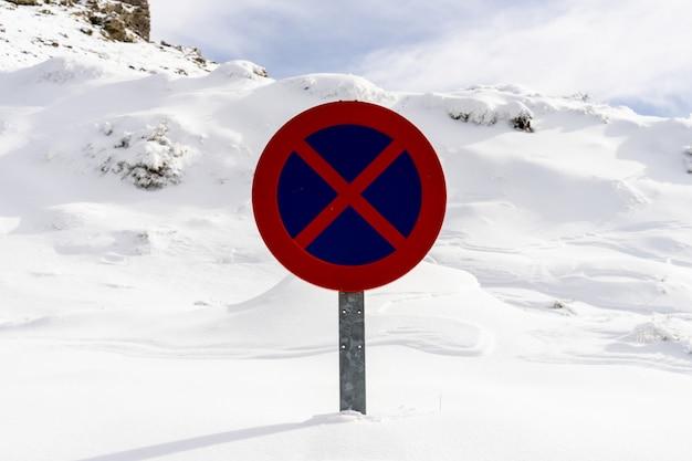 Sinal de trânsito nevado sem estacionamento na serra nevada