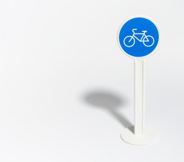 Sinal de trânsito para bicicleta isolado no branco
