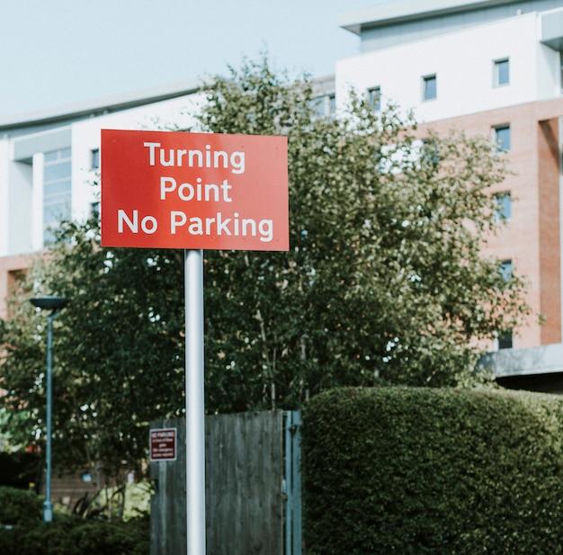 Sinal de trânsito para o ponto de viragem e sem estacionamento