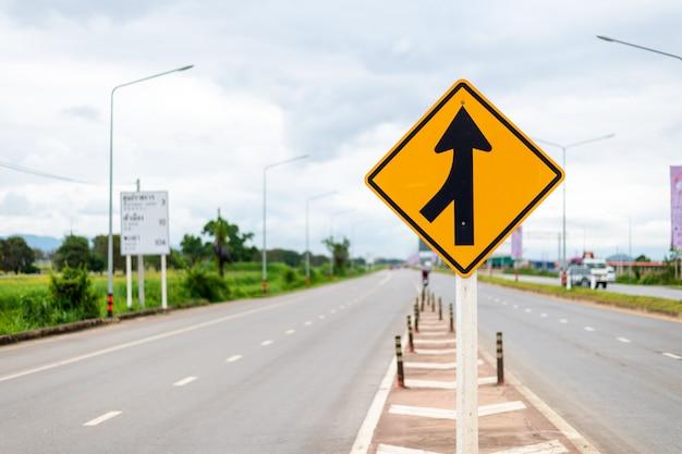 Sinal de trânsito, pistas fundidas à esquerda