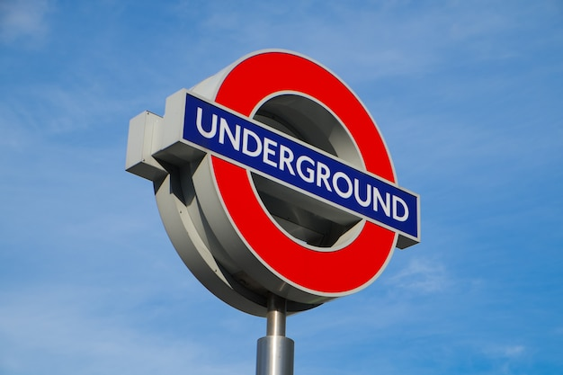 Sinal de trem subterrâneo em londres, inglaterra