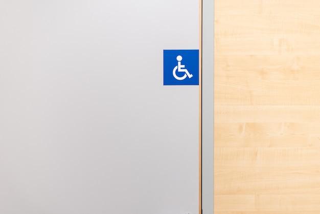 Sinal do banheiro para deficientes motores em uma loja.
