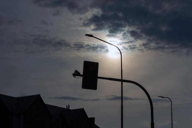 Sinal e lanterna contra o céu.