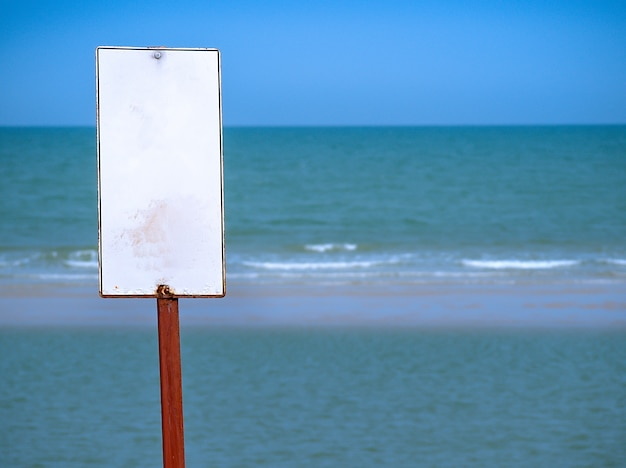 Sinal em branco para nadadores na praia.