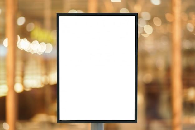 Sinal em branco para sua mensagem de texto no shopping moderno.