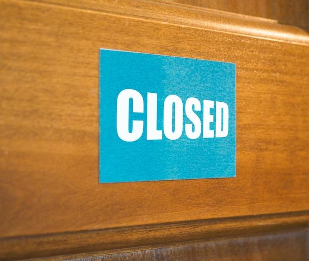 Sinal fechado na porta