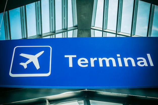 Sinal informativo mostrando terminal no aeroporto internacional