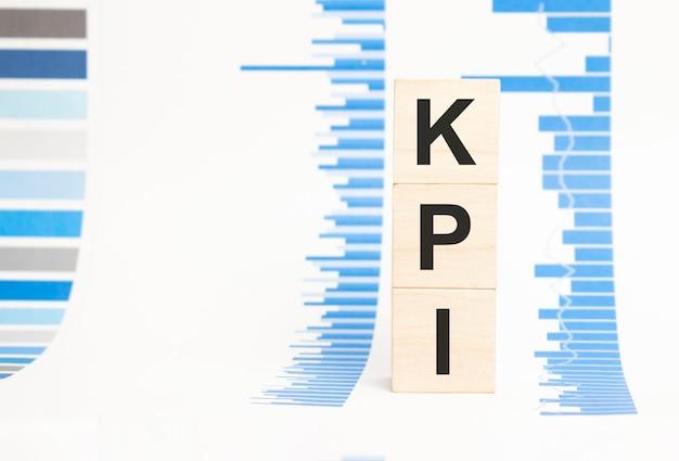 Sinal kpi no conceito de cubos de madeira, cubos de madeira.