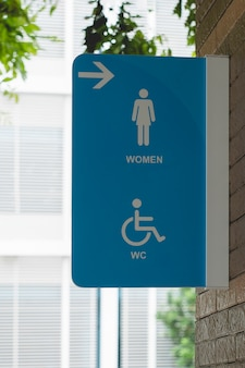 Sinal moderno do toalete público na parede, sinais do wc das mulheres para o toalete.