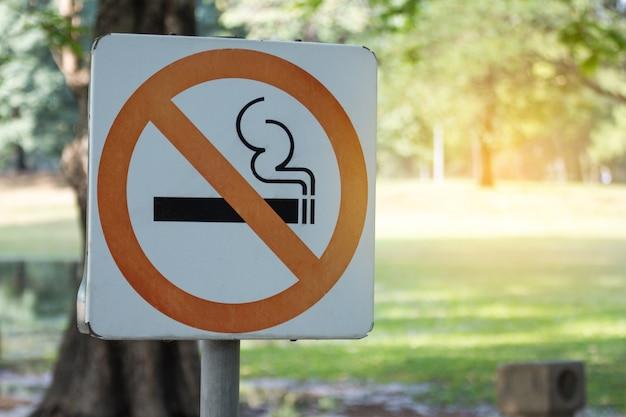 Sinal não fumadores do metal no parque.