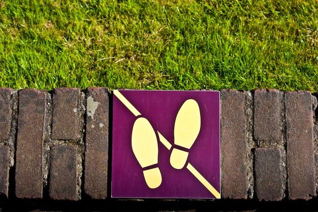Sinal: não pise na grama, útil para fins conceituais Foto Premium