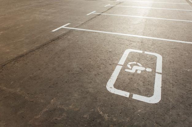 Sinal para deficientes e marcações de estacionamento