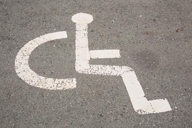 Sinal para vaga de estacionamento reservada para pessoas com deficiência