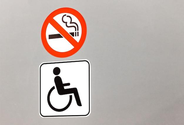Sinal para wc apenas para deficientes. não é permitido fumar
