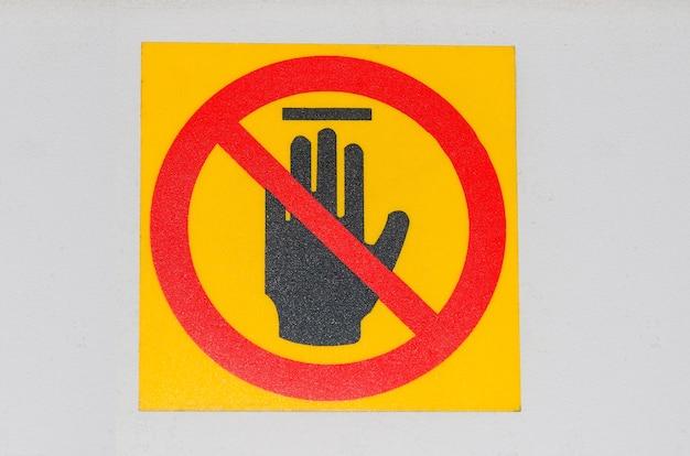 Sinal proibido com ícone de glifo de mão parada. sem proibição de entrada.