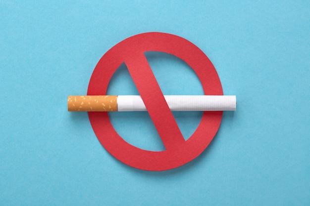 Sinal proibido vermelho com um cigarro, conceito de não fumar.