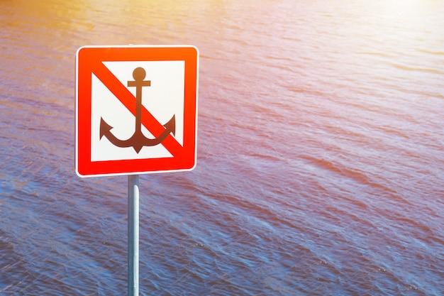 Sinal próximo à água, ancoragem proibida
