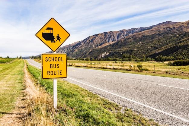 Sinal rota de ônibus escolar na estrada
