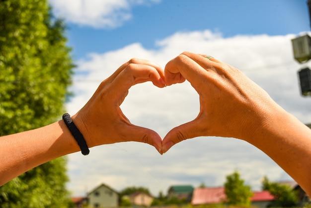 Sinal universal de forma de coração para amor e romance.