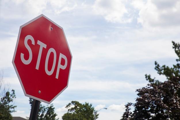 Sinal vermelho da parada na rua, tráfego da borda da estrada para parar.
