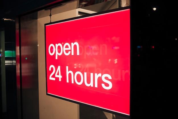 Sinal vermelho de close-up para aberto 24 horas