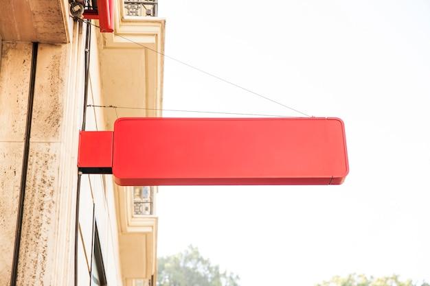 Sinal vermelho na parede na cidade