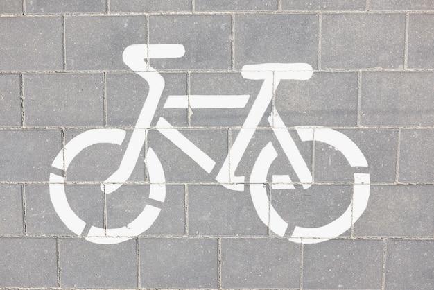 Sinalização de bicicleta branca desenhada na estrada