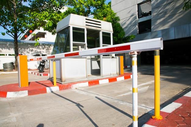 Sinalização de estacionamento com barreira de portão automático sistema de segurança de acesso à entrada do edifício