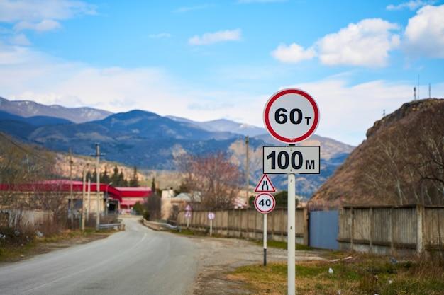 Sinalização de trânsito de carro em estrada de montanha