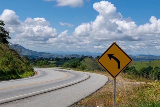Sinalização para virar à esquerda na estrada