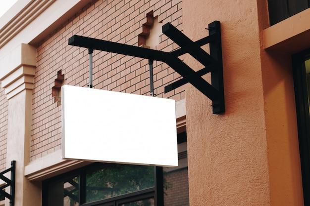 Sinalização vazia e em branco pendurado na rua com espaço de cópia