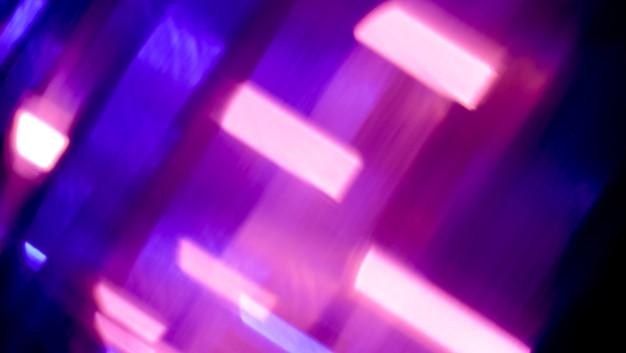 Sinalizadores de luz prisma sobrepostos em fundo preto desfocado