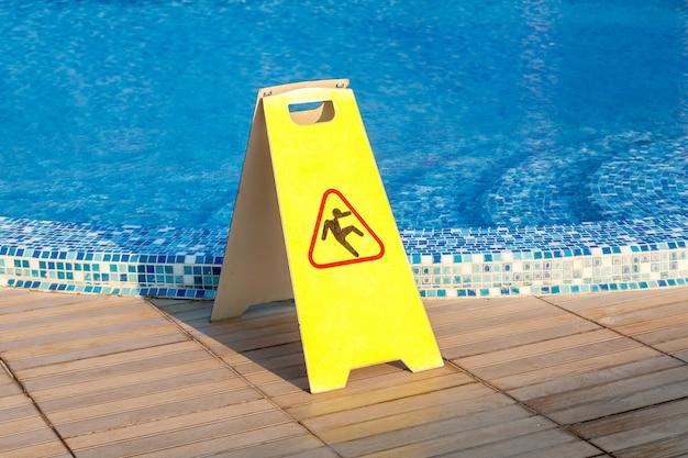 Sinalizar piso escorregadio à beira da piscina, piso escorregadio da piscina