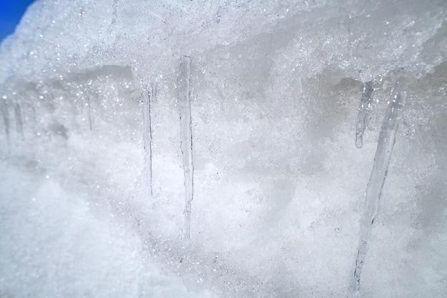Sincelo de gelo em um lado da estrada