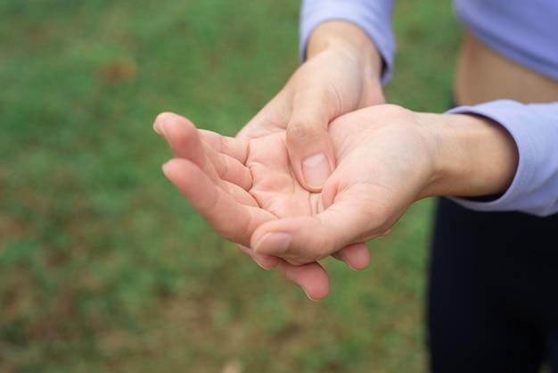 Síndrome do túnel carpal, atleta apertou as mãos para alongar os músculos. por causa das cólicas