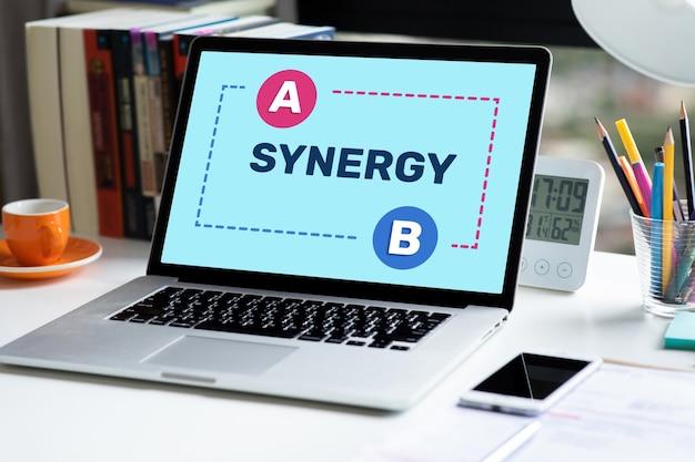 Sinergia e conexão de negócios com texto no laptop