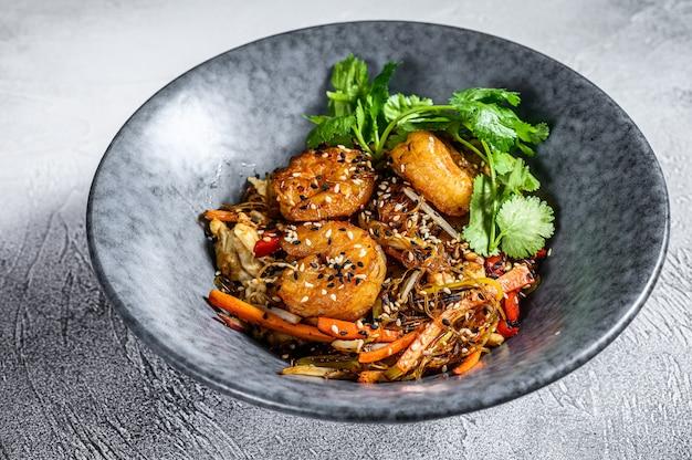 Singapore mei fun. macarrão de arroz com camarão, camarão, carne de porco siu, cenoura, cebola, repolho napa. fundo branco. vista do topo