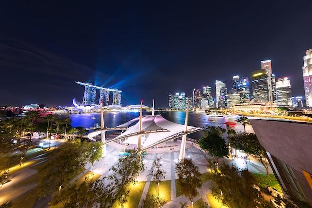 Singapura - 11 de janeiro de 2018: cityscape do horizonte da cidade de singapura à noite em marina bay com laser s