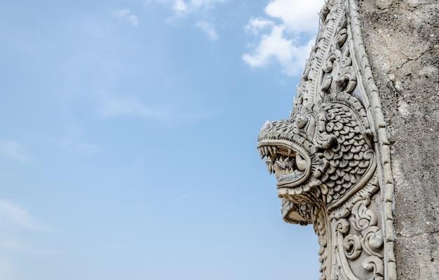 Singha e naga estátua no templo de wat prathat lampang luang, lampang, tailândia