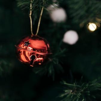 Sino vermelho na árvore de natal