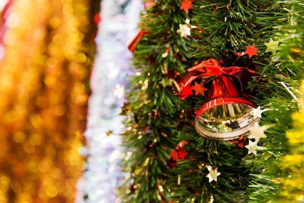 Sino vermelho no ouropel colorido. ouropel colorido do natal na loja. preparando-se para o novo ano