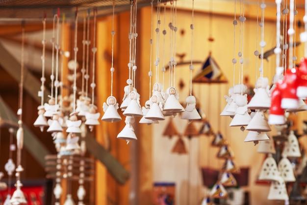 Sinos de cerâmica coloridos e outras decorações vendidas no mercado de natal na europa.
